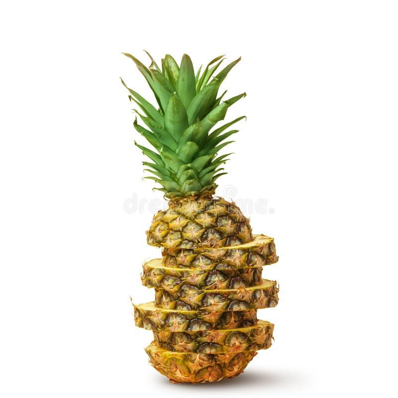 Sappige ananas, besnoeiing in stukken op een witte achtergrond Ge?soleerde stock foto's