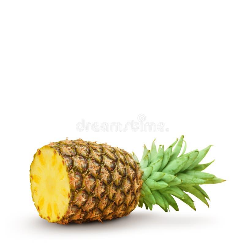 Sappige ananas, besnoeiing in stukken op een witte achtergrond Ge?soleerde royalty-vrije stock afbeeldingen
