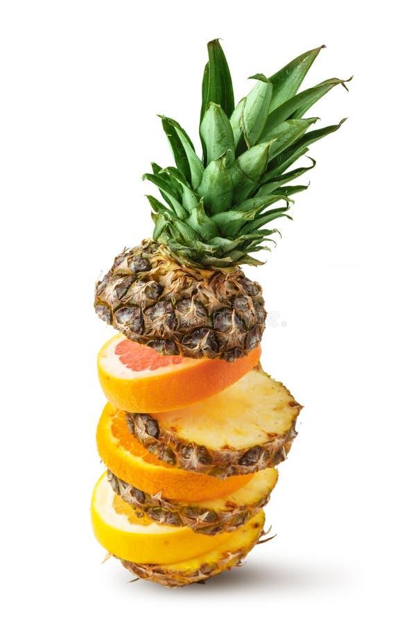 Sappige ananas, sinaasappel en grapefruit die in stukken op een witte achtergrond wordt gesneden Ge?soleerde royalty-vrije stock foto