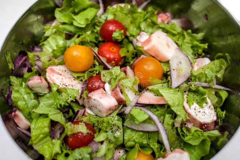 Sappige de zomersalade met verse kruiden, kersentomaten, pijlinktvis en rode ui Gezond voeding en gewichtsverlies stock foto