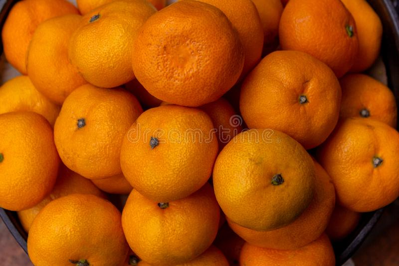 Sappige die mandarijnen voor verkoop worden getoond stock afbeeldingen