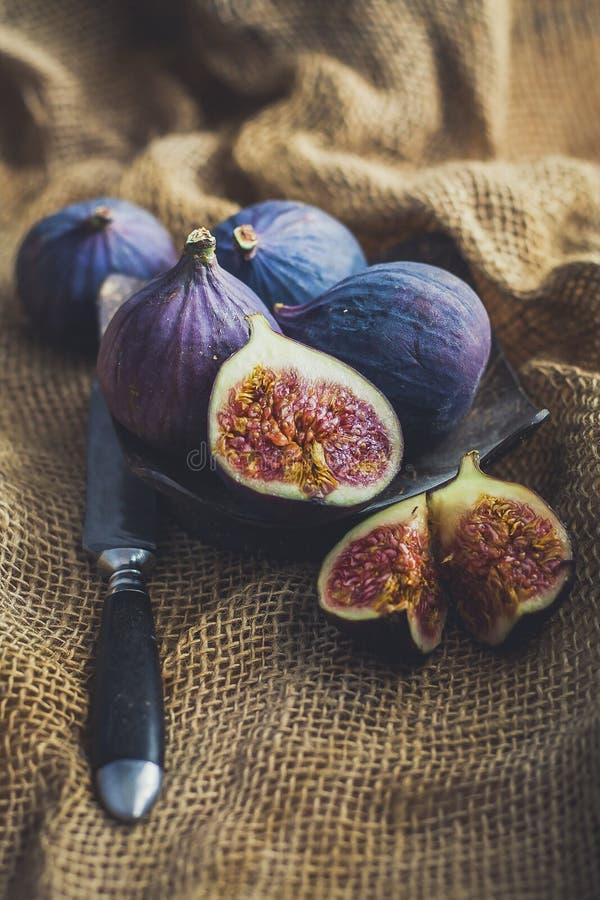 Sappige fig. in een rustieke stijl stock foto