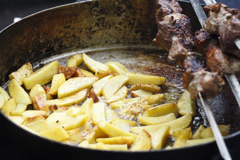 Sappige gebraden aardappels stock afbeeldingen
