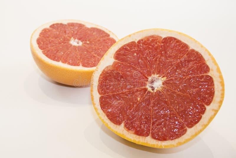 Sappige grapefruit dichte omhooggaande mening over witte achtergrond stock fotografie