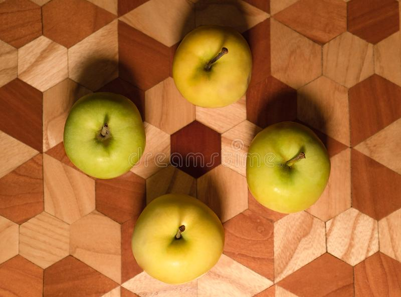 4 sappige groene appelen zijn klaar te eten, hoogste mening royalty-vrije stock foto's