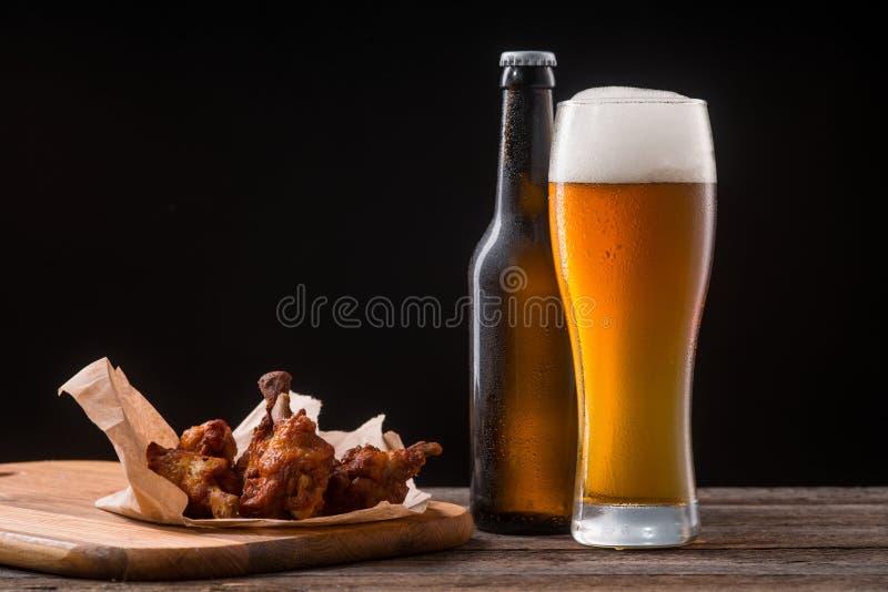 Sappige kippenvleugels voor bier stock foto