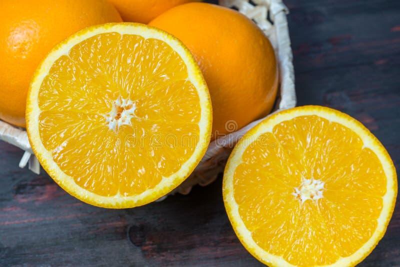 Sappige oranje besnoeiing in de helft om jus d'orange voor Ontbijt te maken stock afbeeldingen