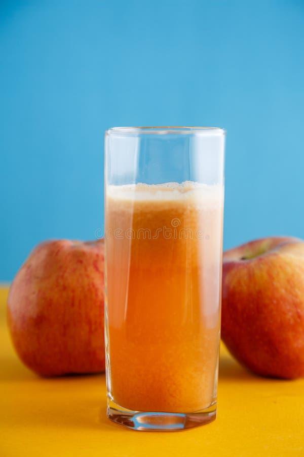 Sappige rijpe appelen en een glas vers appelsap Gezond natuurvoedingconcept royalty-vrije stock foto's