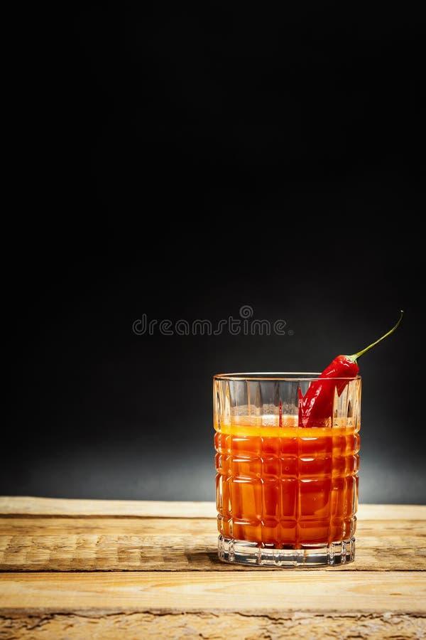 Sappige rode drank bloedige Mary met Spaanse peperspeper stock fotografie