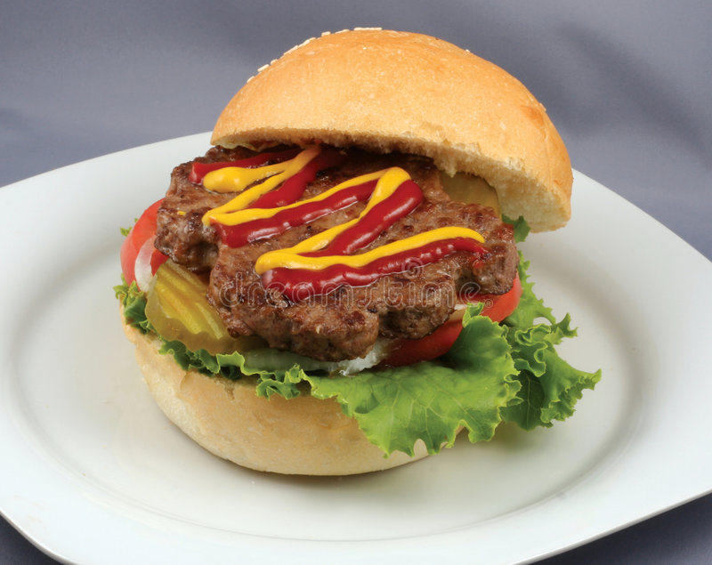 Sappige rundvleeshamburger royalty-vrije stock foto's