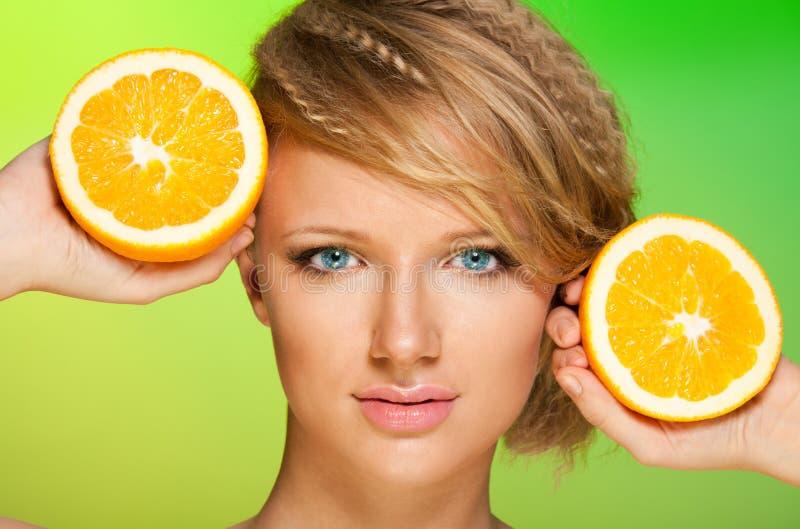 Sappige sinaasappelen en mooie vrouw royalty-vrije stock foto's