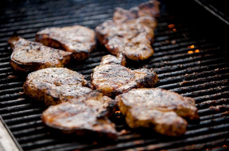 Sappige varkenskoteletten op een grill royalty-vrije stock afbeelding