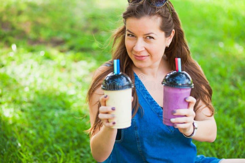 Sappige verse koude gezonde heerlijke jonge de vrouwendrank van de smoothiemilkshake stock fotografie