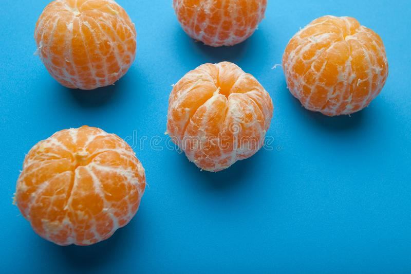 Sappige verse mandirins zonder schil op een blauwe achtergrond royalty-vrije stock fotografie