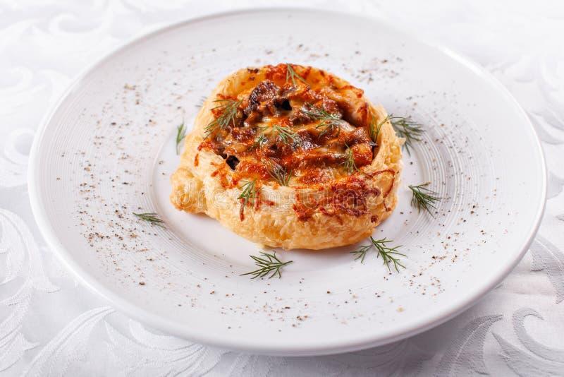 Sappige vleespastei, de pastei van de rundvleeshutspot met bladerdeeg Eigengemaakte verse gebakken, de rustieke stijl van het lan stock fotografie