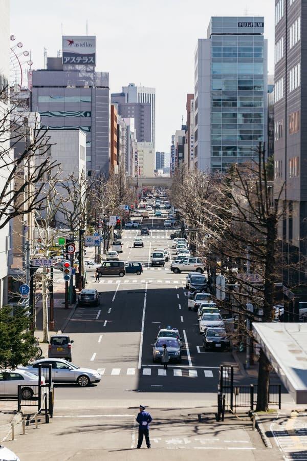 Sapporo cityscape med att gå folk, vägen och rörande bilar i eftermiddagen på Hokkaido, Japan arkivbilder