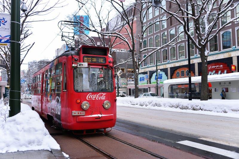 SAPPORO, JAPÓN - 13 DE ENERO DE 2017: Tranvía en Sapporo céntrico, el mejor transporte conveniente fotos de archivo libres de regalías