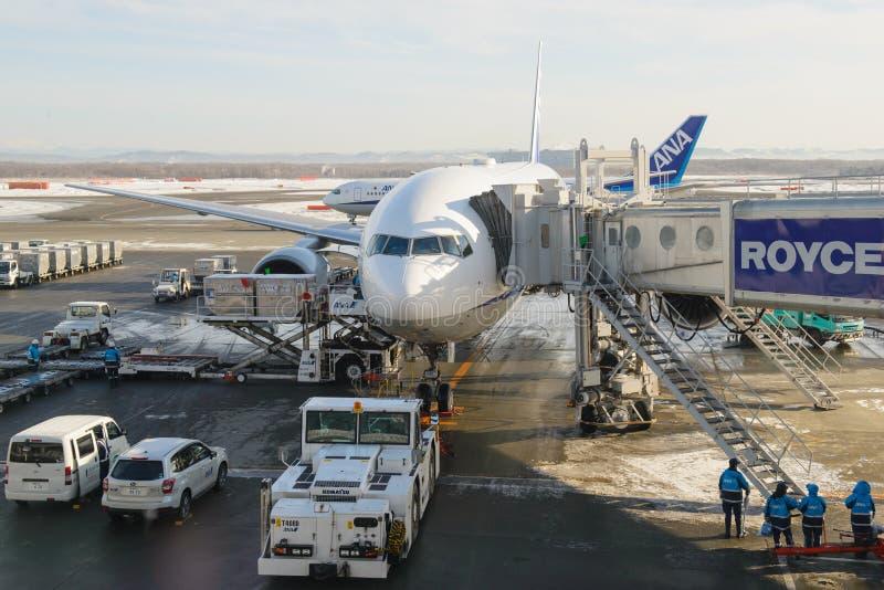 Sapporo, Japón - 14 de enero de 2017: El aeroplano Boeing 777-200 del avión de pasajeros actuado por la ANECDOTARIO de All Nippon fotografía de archivo libre de regalías