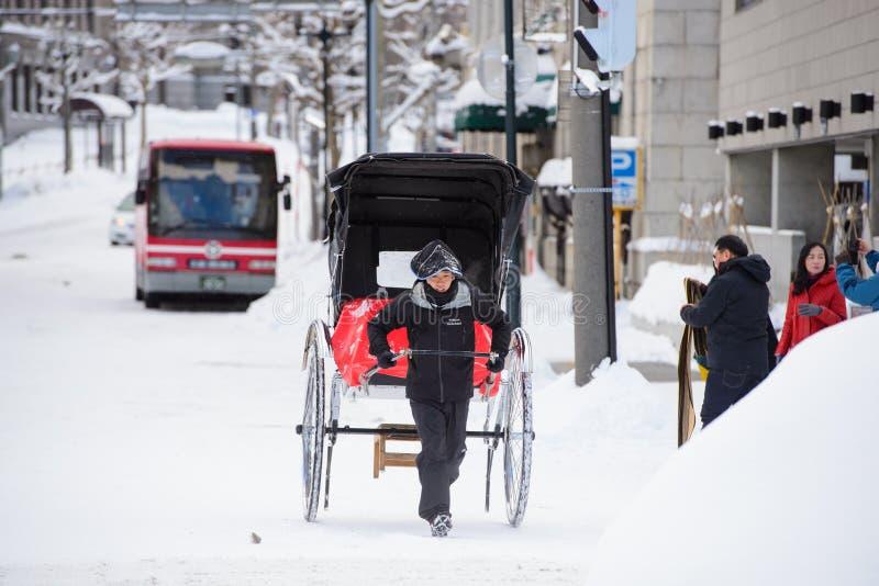 Sapporo, Japón - 15 de enero de 2017: El carrito tradicional japonés llamó el ` del jinrikischa del ` para los turistas en Otaru, fotos de archivo libres de regalías