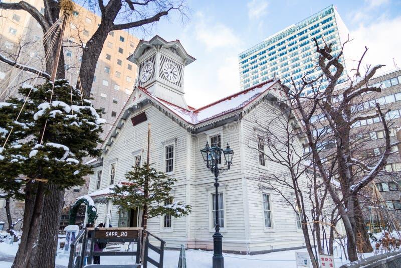 Sapporo, Japón, el 2 de enero de 2018: La torre de reloj de Sapporo es una de madera imágenes de archivo libres de regalías