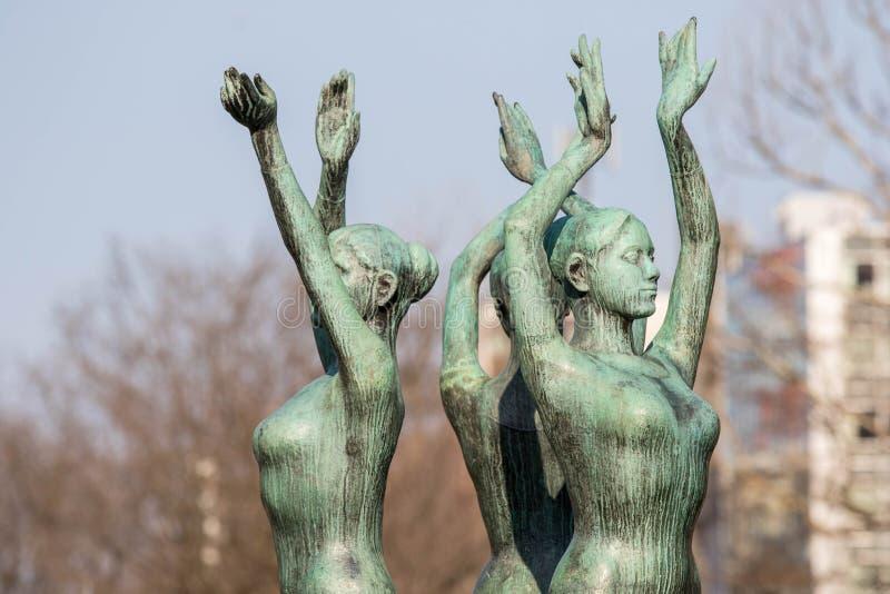 SAPPORO, JAPAN 25. April 2016: Drei Tanzfrau Bronzestatuen lizenzfreie stockfotos