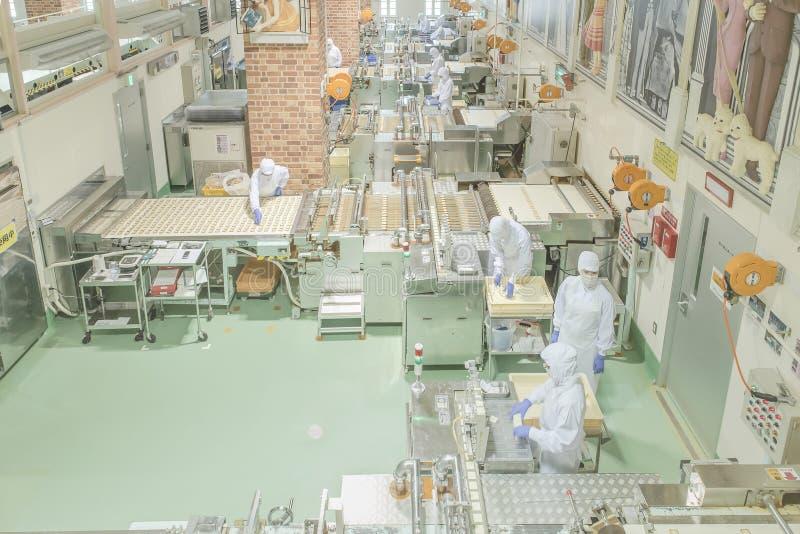 Sapporo - 11 MEI: Arbeider die bij Ishiya-chocoladefabriek werken in 11 Mei, 2015 Sapporo, Japan stock foto's