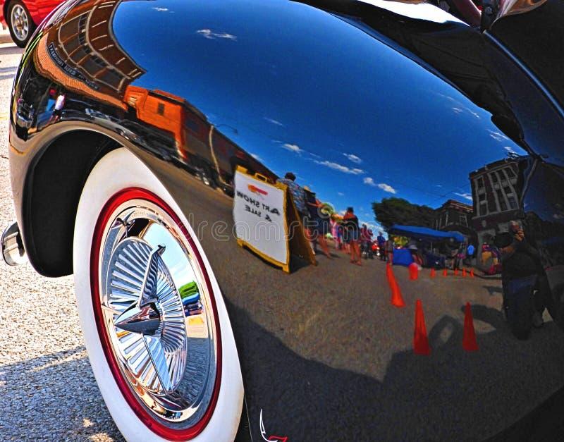 Sapulpa du centre l'Oklahoma s'est reflété dans l'amortisseur noir d'une automobile reconstituée Ciel bleu ci-dessus À un salon d photos stock