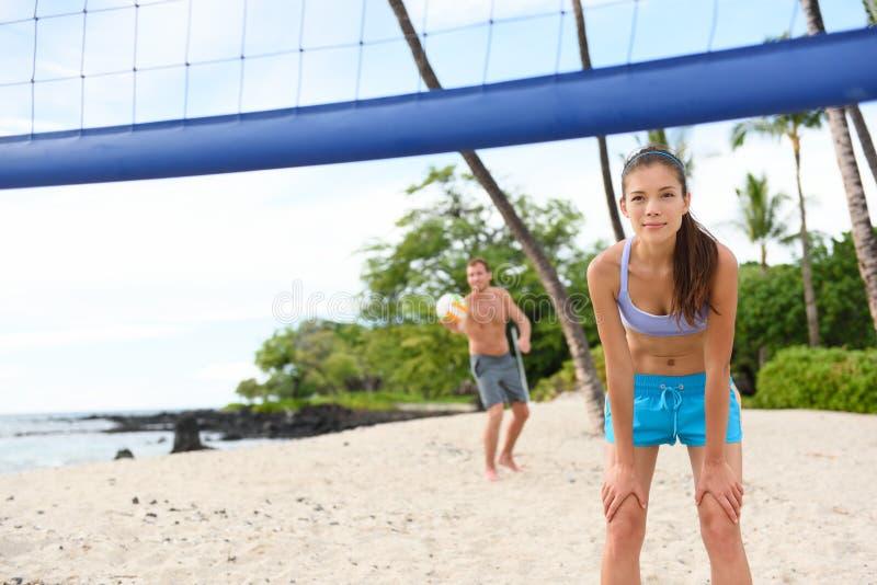 Saque do voleibol de praia - equipe o serviço no jogo imagens de stock