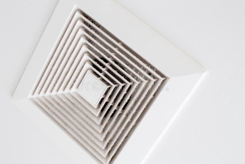 Saque el polvo hacia fuera de tubo de aire, de peligro y de la causa de la pulmonía en hombre de la oficina fotografía de archivo libre de regalías