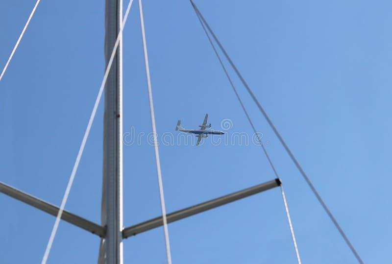 Saque el trazador de l?neas de pasajero del jet contra el cielo azul Un vistazo con el aparejo de un yate navegante de la traves? imagen de archivo