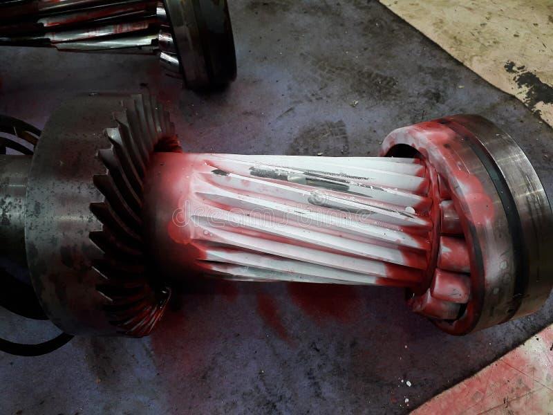 Saque la pieza de la máquina para reparar y para limpiar el rastro sucio de mancha de aceite fotografía de archivo libre de regalías