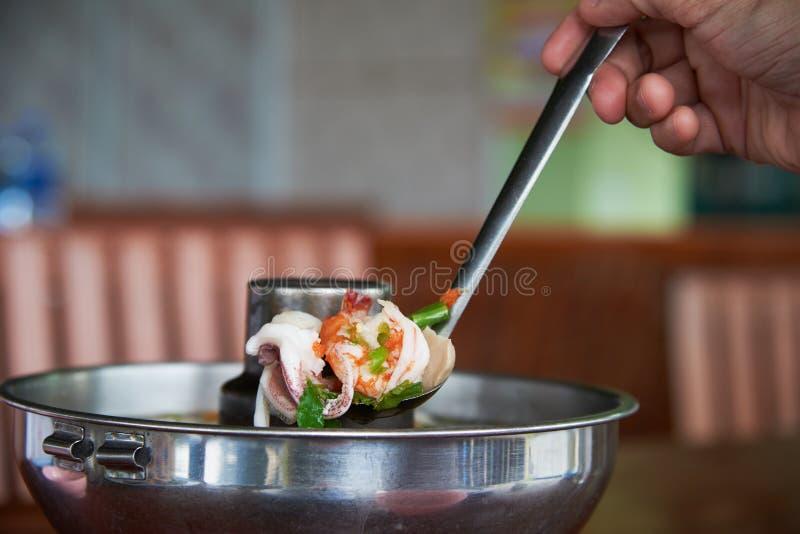 Saque la sopa del camarón con pala del pote caliente imagen de archivo