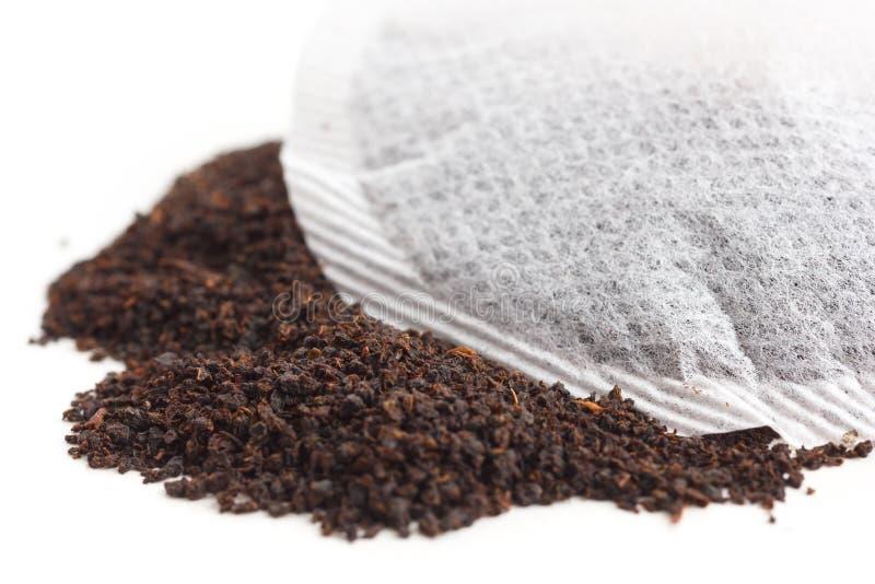 Saquinho de chá redondo nas folhas de chá fotografia de stock royalty free