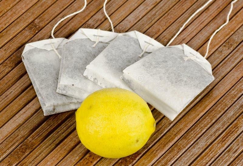 Saquinhos de chá e limão fotografia de stock