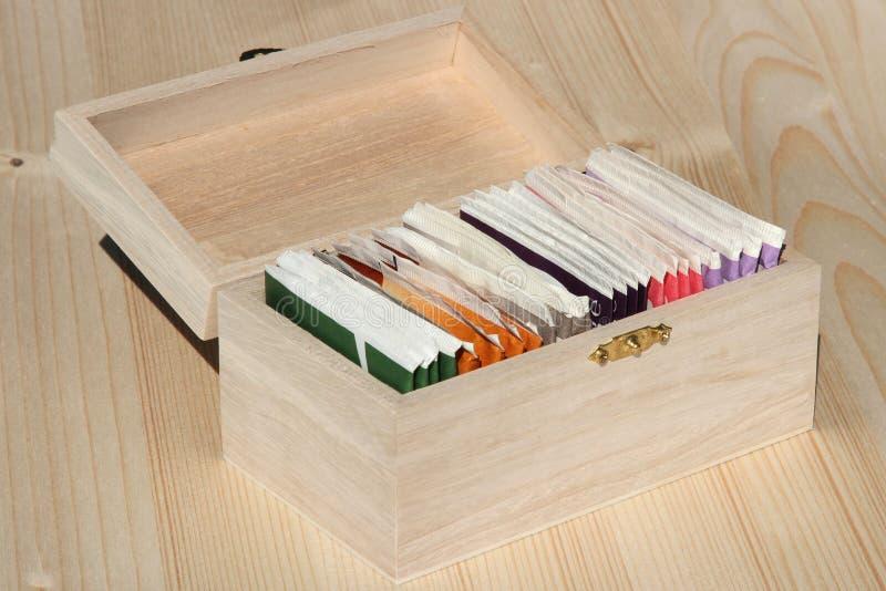 Saquinhos de chá na caixa de madeira imagens de stock royalty free