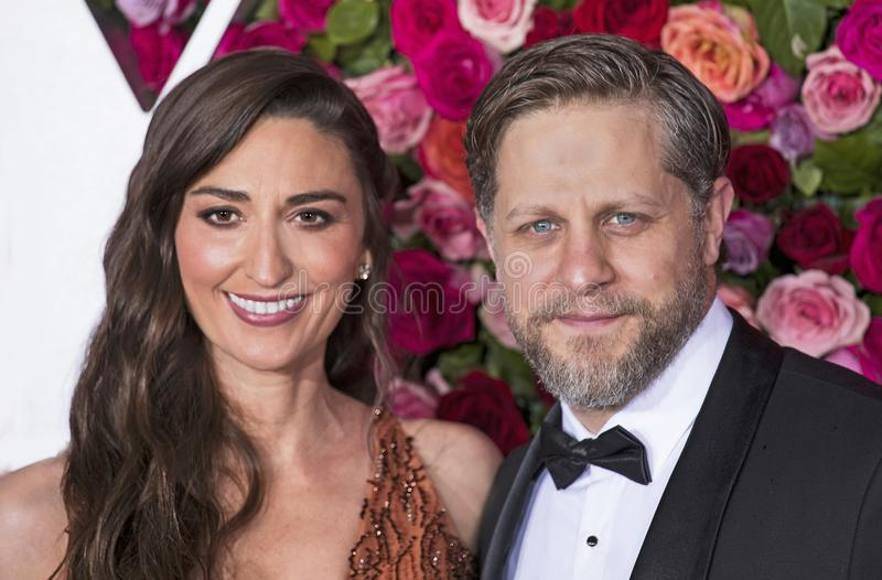 Sara Bareilles e Joe Tippett em Tony Awards 2018 foto de stock