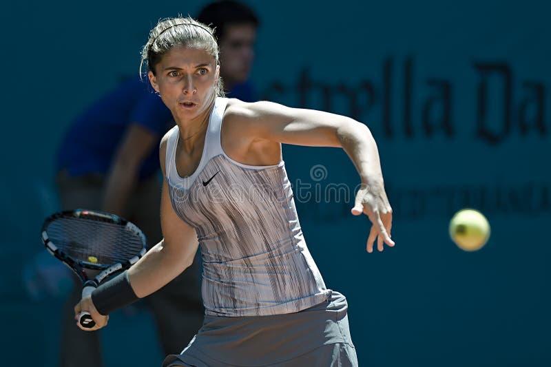 Sara Errani στη δράση κατά τη διάρκεια της αντισφαίρισης της Μαδρίτης Mutua ανοικτής στοκ εικόνες