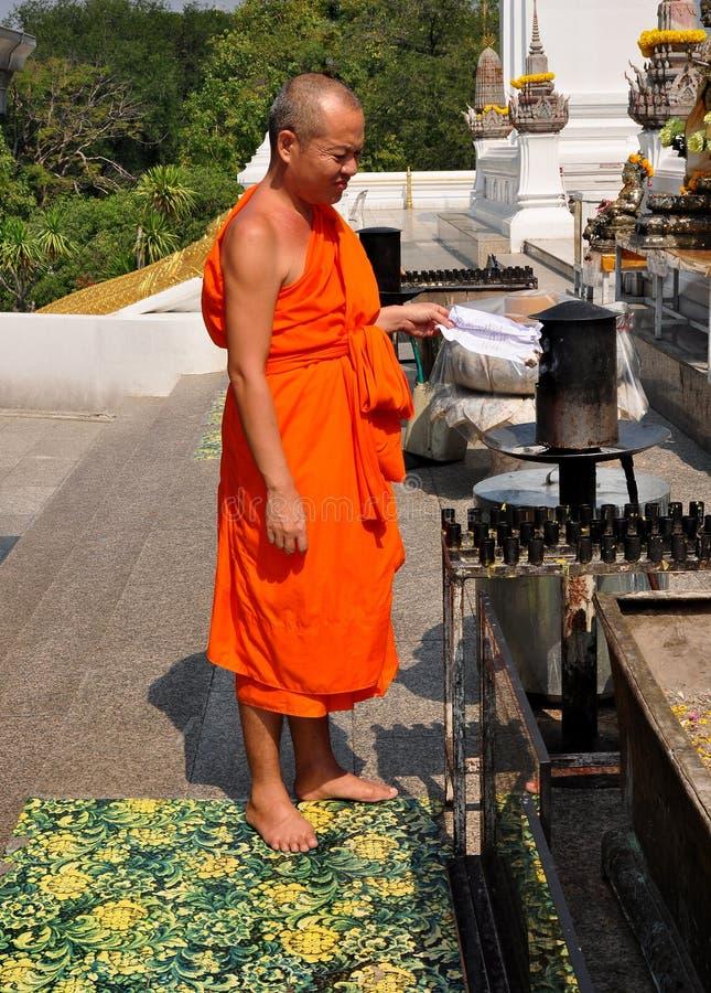 Saraburi, Ταϊλάνδη: Μοναχός στον υπαίθριο βωμό στοκ εικόνες