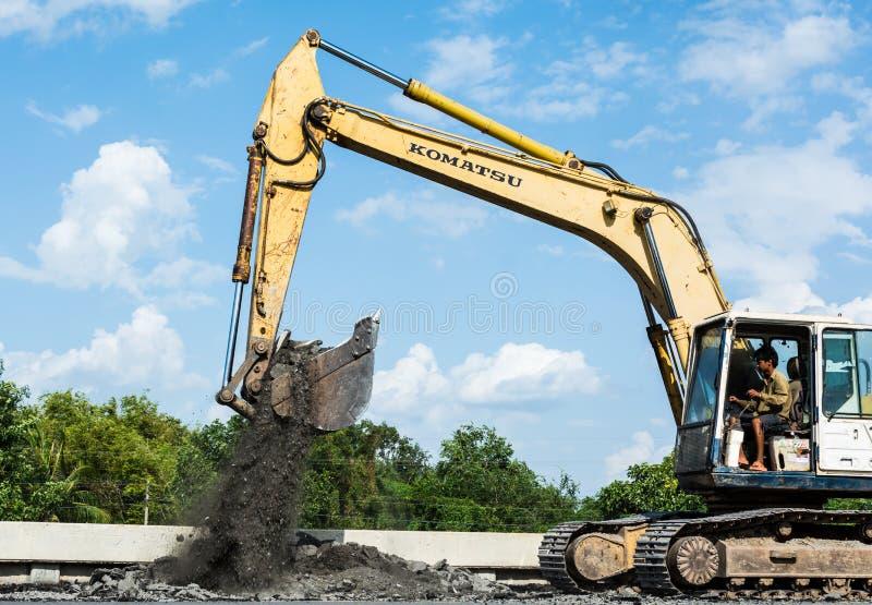 SARABURI ТАИЛАНД 12-ое июля: Работники построителей на асфальтируя машине paver во время улицы дороги ремонтируя на 12,2015 -го и стоковые изображения rf