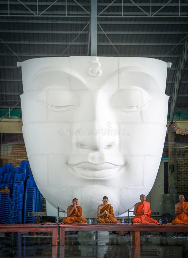 SARABURI, Thailand-26 bidt Maart 2017, de monniken voorzijde van Boedha royalty-vrije stock afbeelding