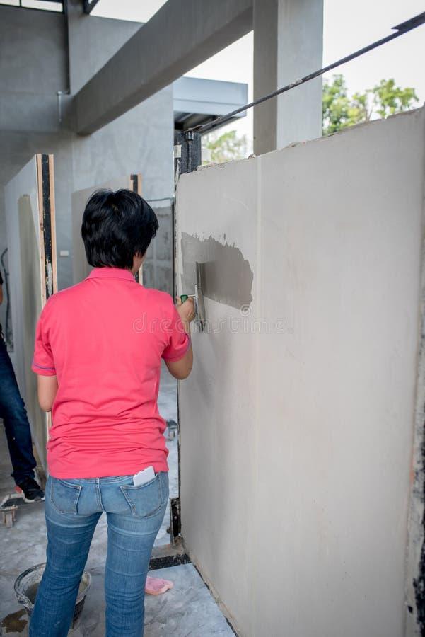 SARABURI, THAILAND - November 11, 2017: de vrouwenarbeider is gaand t stock foto's