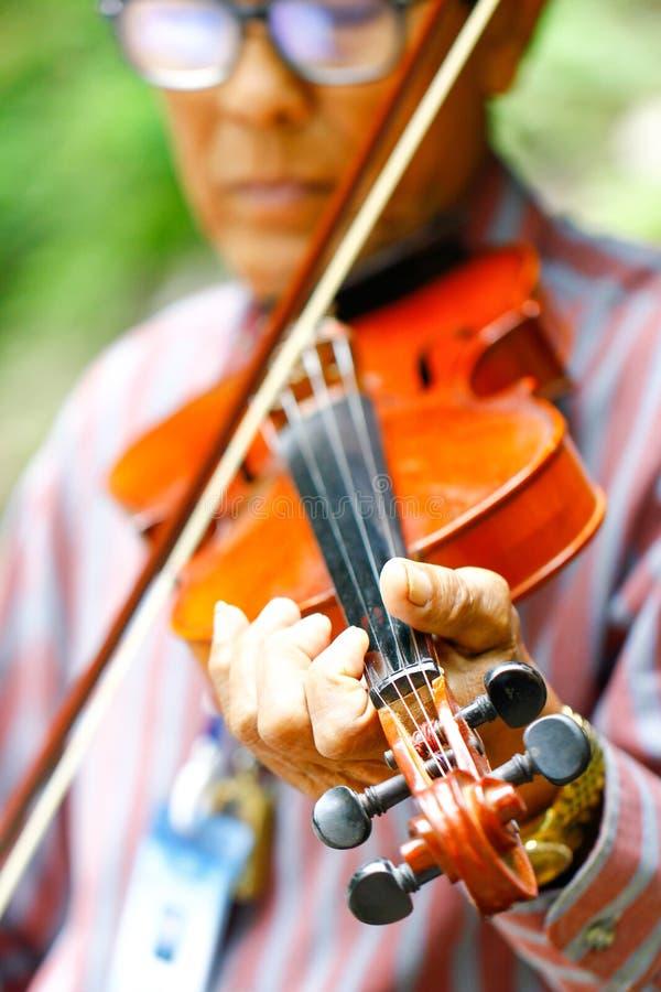 Saraburi Thailand - 10 September, 2017 een oude mens het spelen viool bij p royalty-vrije stock foto's