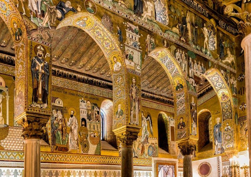 Saracenska bågar och bysantinska mosaiker inom det Palatine kapellet av Royal Palace i Palermo arkivbild