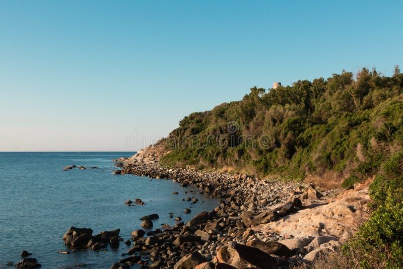Saracenu wierza na cyplu w Włochy w Sardina wybrzeżu fotografia royalty free