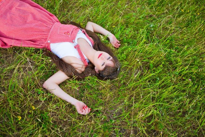 sarafan девушки довольно красное стоковая фотография