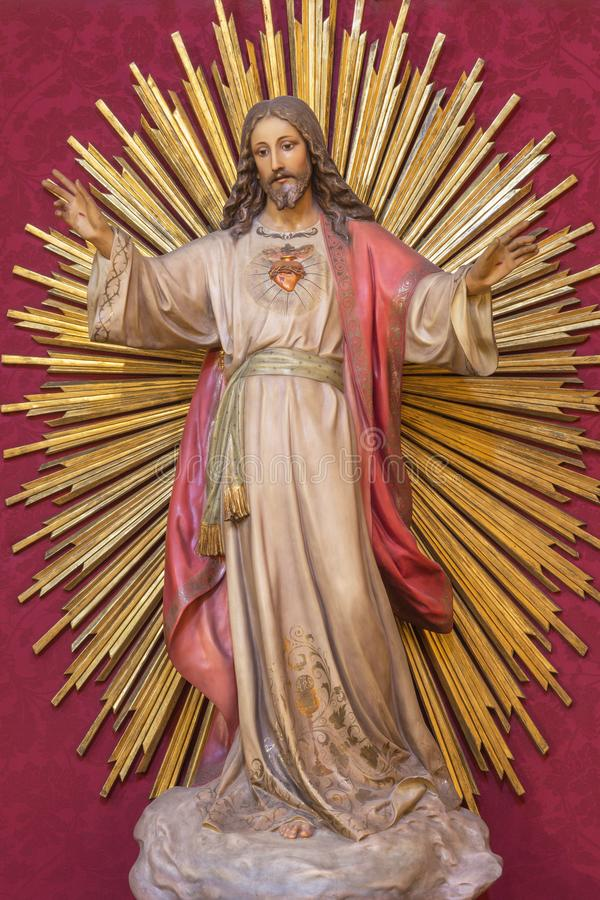 SARAGOSSA, SPANIEN - 3. MÄRZ 2018: Die Statue des Herzens von Jesus Christ in Kirche Iglesia De San Miguel de Los Navarros lizenzfreie stockfotos