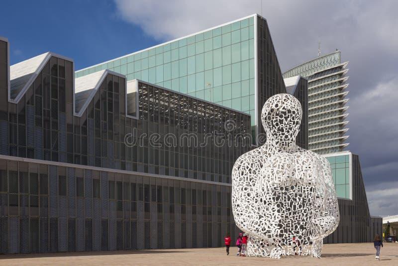 SARAGOSSE, ESPAGNE - 3 MARS 2018 : La sculpture en Alma del Ebro de modernsculpture l'âme de l'Èbre devant le palais du congrès photo libre de droits