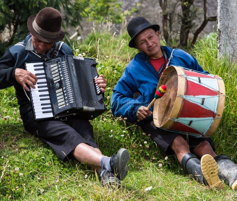 Saragura Ekwador, Dec 21,/, 2012: Dwa mężczyzna sztuki instrumentu obrazy royalty free