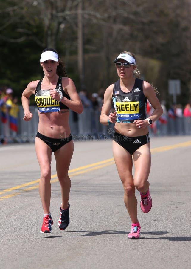 Sarah Crouch USA och Spence Gracey, (USA) springer Neely upp hjärtesorgkullen under den Boston maraton fotografering för bildbyråer