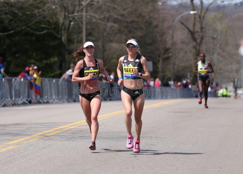 Sarah Crouch USA und Spence Gracey, Neely (USA) läuft herauf den Leid-Hügel während des Boston-Marathons stockfotografie
